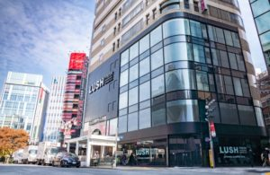 LUSH 新宿店外観写真